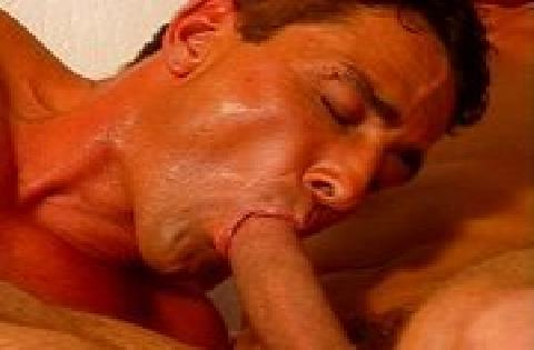 Drei gebräunte Muskelmänner genießen schwulen Sex zu dritt miteinander