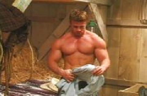 Ein muskulöser schwuler Cowboy holt sich in einer Scheune mit Genuss einen runter