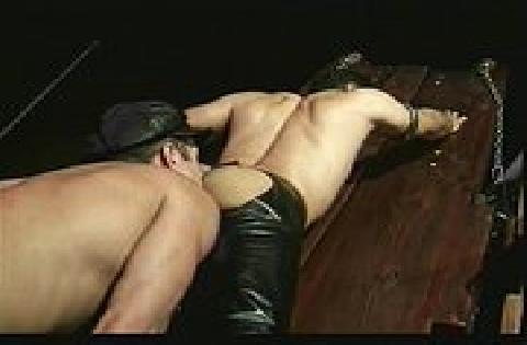 Schwuler BDSM Sex mit Fesselspielen und zwei Typen in Leder