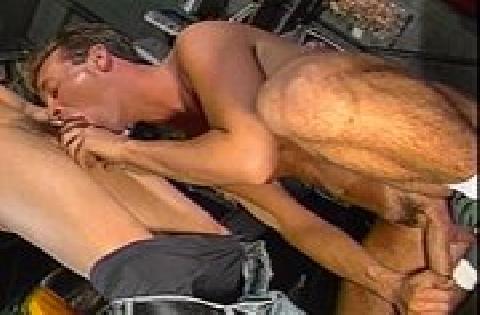 Schwuler Sex zu dritt in der Autowerkstatt mit Blowjobs und Arschlecken