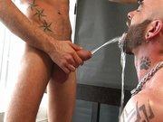Gay Boy Piss Spiele – schwule Jungs pinkeln sich in diesem Gay Porno an …