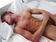 Schwuler junger Bursche beim onanieren gefilmt