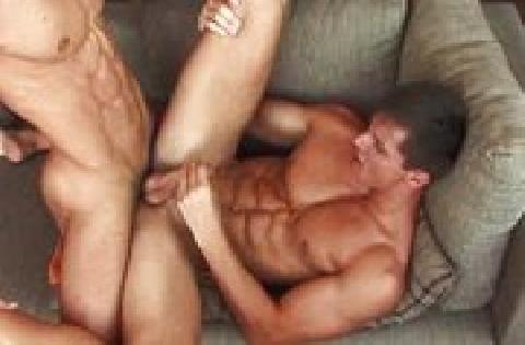 Zwei muskulöse Homos geben sich einem Arschfick ohne Kondom hin